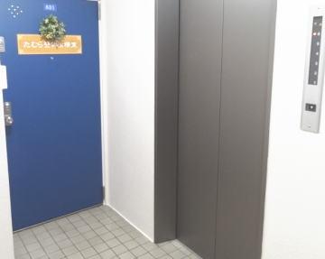 エレベーターとたむら整体治療室のドア入口